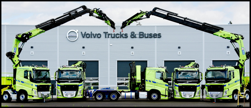 SPLITTER NYTT: Bilene fotografert foran nyanlegget til Volvo-forhandler Volmax i Rygge i Østfold. Foto: Volmax