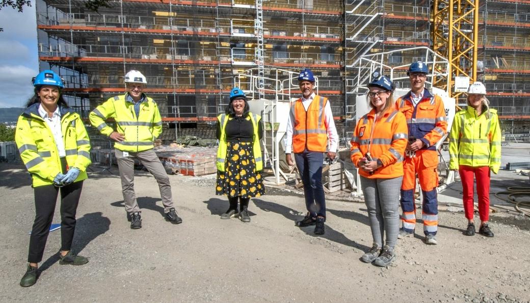 Fra venstre: Sepideh Moosavi (prosjektleder Oslo Storbylegevakt i Omsorgsbygg Oslo KF), Eirik Gjelsvik (styreleder EBA og konsernsjef i AS Backe), byråd for næring og eierskap i Oslo Victoria Marie Evensen (AP), kultur- og likestillingsminister Abid Raja (V), Karen Hagby (leder HMSK Oslo Storbylegevakt, Skanska Norge AS), konsernsjef Ståle Rød (Skanska Norge AS) og adm. direktør i EBA, Kari Sandberg.