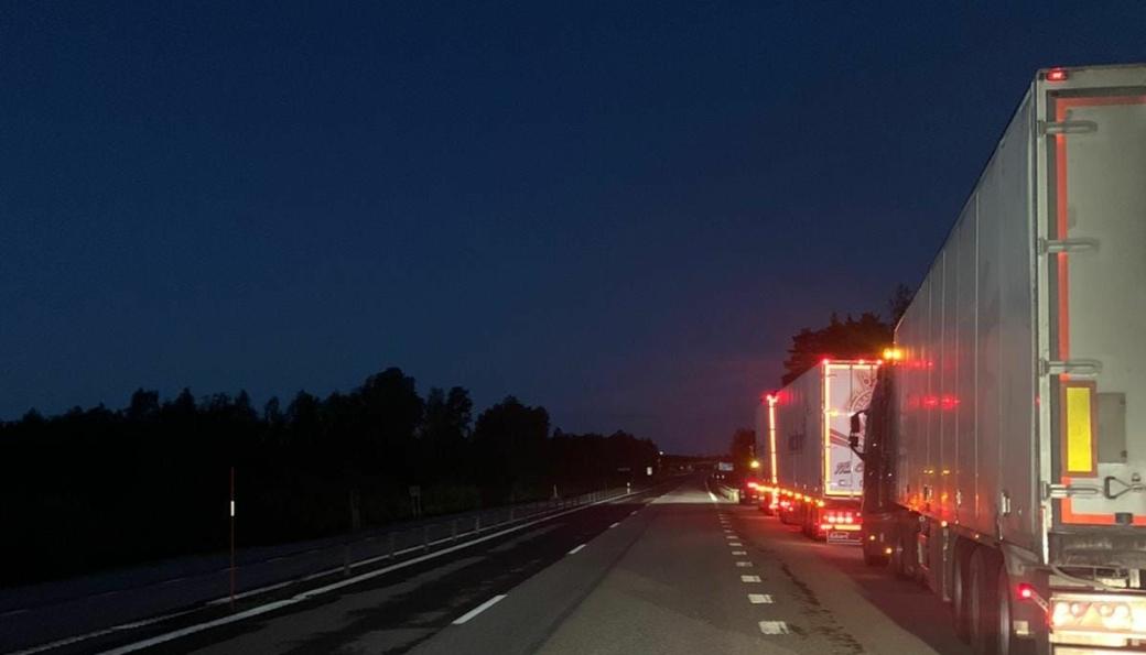 Svensk politi har lagt ut dette bildet fra kontrollen natt til i dag. Køen viser vogntog på vei inn til kontrollplassen. Dette er med andre ord ikke køen av alle som ble stoppet, der de aller fleste hadde alt i orden.