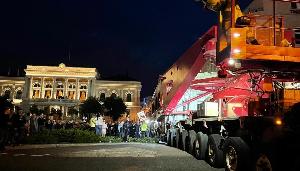 Mange ville se på da Statnetts vogntog med ca. 440 tonn totalvekt passerte Skien sentrum i ellevetiden torsdag kveld.