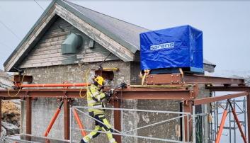HÅNDKRAFT: Taket jekkes manuelt bort fra husveggene og over på det midlertidige stativet. Dette er manuelt arbeid og tar noen minutter… Foto: BKK