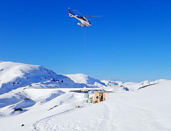 HELIKOPTER: Det er helikopter som gjelder når forsyninger skal leveres til prosjektet på 800 meters høyde vinterstid. Foto: BKK