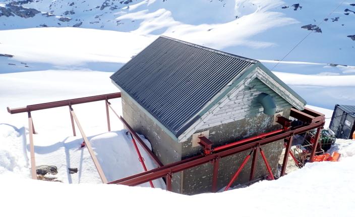 SIKRET: To bjelker tvers gjennom veggene er bæringen for taket. Det montert en traverskran på skinnegangen for å heise deler og annet videre ned i sjakten. Foto: BKK