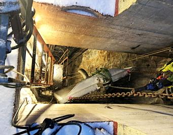 SENKES: Her er revisjonsluken på vei ned i sjakten. Denne veier ca. tre tonn og ble skiftet ut i vinter. Foto: BKK