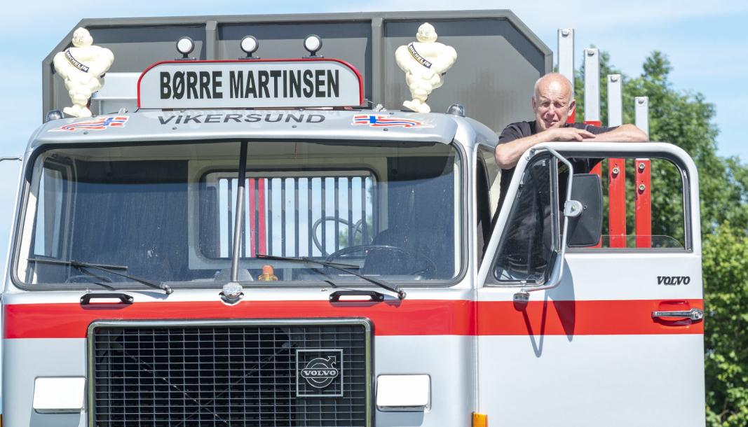 VEDBIL: Etter 46 år bak rattet har Børre Martinsen pensjonert seg. Men han slipper ikke tømmerbilen helt. Volvo F88-en har han pusset opp og bygd om til tømmerbil, og den skal brukes til å kjøre ved og reise på veterantreff.