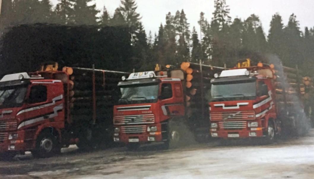 BRØDRE: Brødrene Inge, Børre og Tor Ivar Martinsen fra Vikersund hadde en periode like Volvo FH16 tømmerbiler. Foto: Privat.