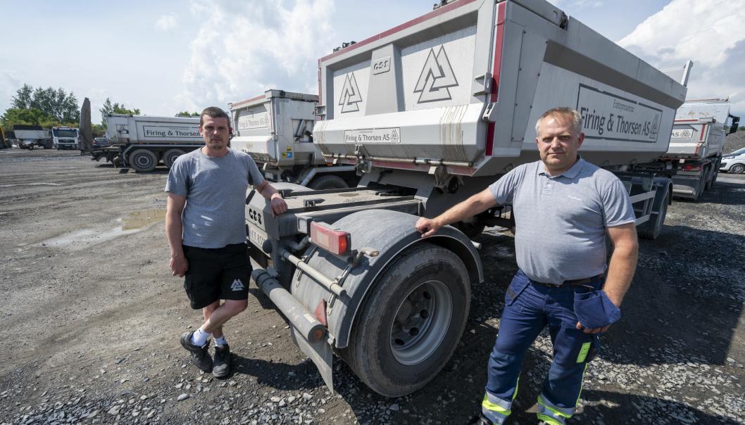 UTSKYV: Transportleder Andrejus Pravildvas (t.v.) og sjåfør Sigitas Leinartas i Firing & Thorsen har brukt slepehengerne med utskyv både på draget og siste akslingen siden påsketider.