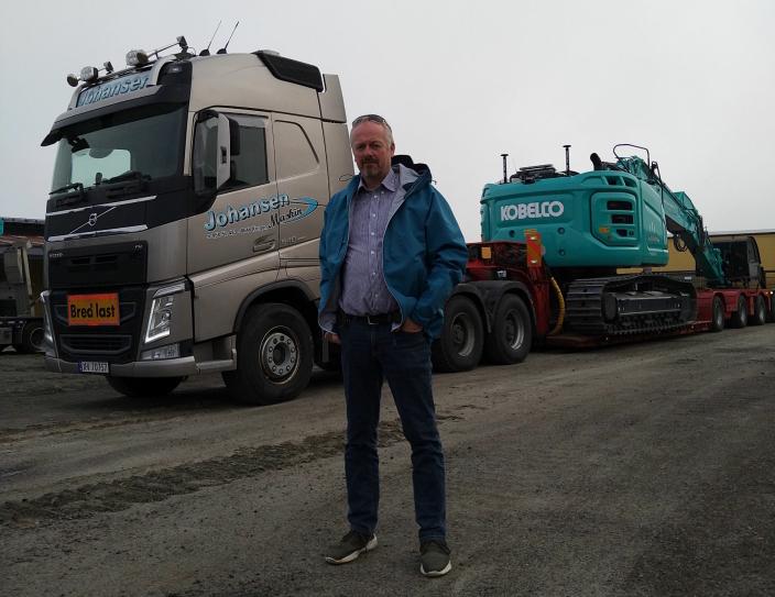 FØRSTE KUNDE: Jarl-Tore Johansen i Johansen Maskin AS fra Korgen er første kunde i Norge som får den nye Kobelco SK380SRLC-korthekk beltegraveren.