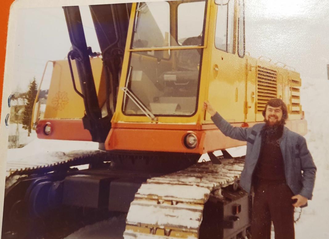 STARTEN: For Tor Skjetne startet et langt liv i anleggsbransjen da han i 1976 ble ansatt som selger av Åkerman gravemaskiner ved avdelingskontoret i Trondheim. Foto: Privat