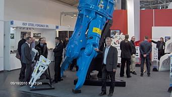 SUKSESS: Mantovanibenne er også et flott agentur for Skjetne Maskin. Her er Tor Skjetne foran en rivningsklo på Bauma i Tyskland i 2010. Foto: Privat