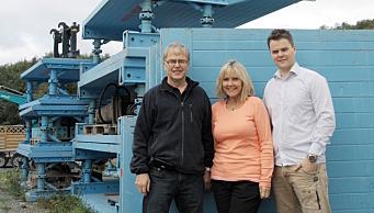 GRØFTESIKRING: Thyssenkrupp ES Verbau-agenturet har vært en suksess for Skjetne Maskin. Her fra Trondheim i 2006, fra venstre Tor Skjetne, Kari Skjetne og Torbjørn Skjetne. Foto: Privat