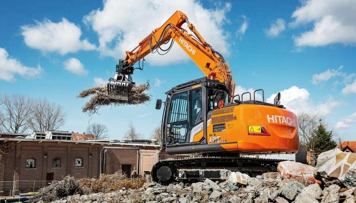 FØRERVENNLIG: Den nye Hitachi ZX130LCN-7 i arbeid, en maskin hvor det er enkelt for fører å skifte mellom forskjellig redskap. Foto: Hitachi