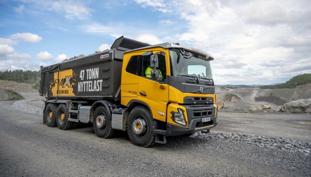 EFFEKTIVT: Volvo Trucks mener lastebilene er en mer økonomisk måte å flytte masser internt i pukkverk enn anleggsmaskiner.