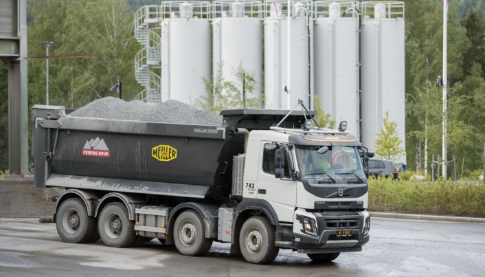 LENGE: Feiring Bruk har brukt 4-akslede tippbiler fra Volvo med enorme kassen helt siden 1997.