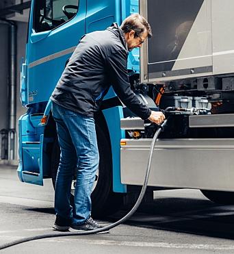 LADING: Inntil 160 kW lading gjør at det tar en drøy time å lade fra 20-80%, opplyser Mercedes.