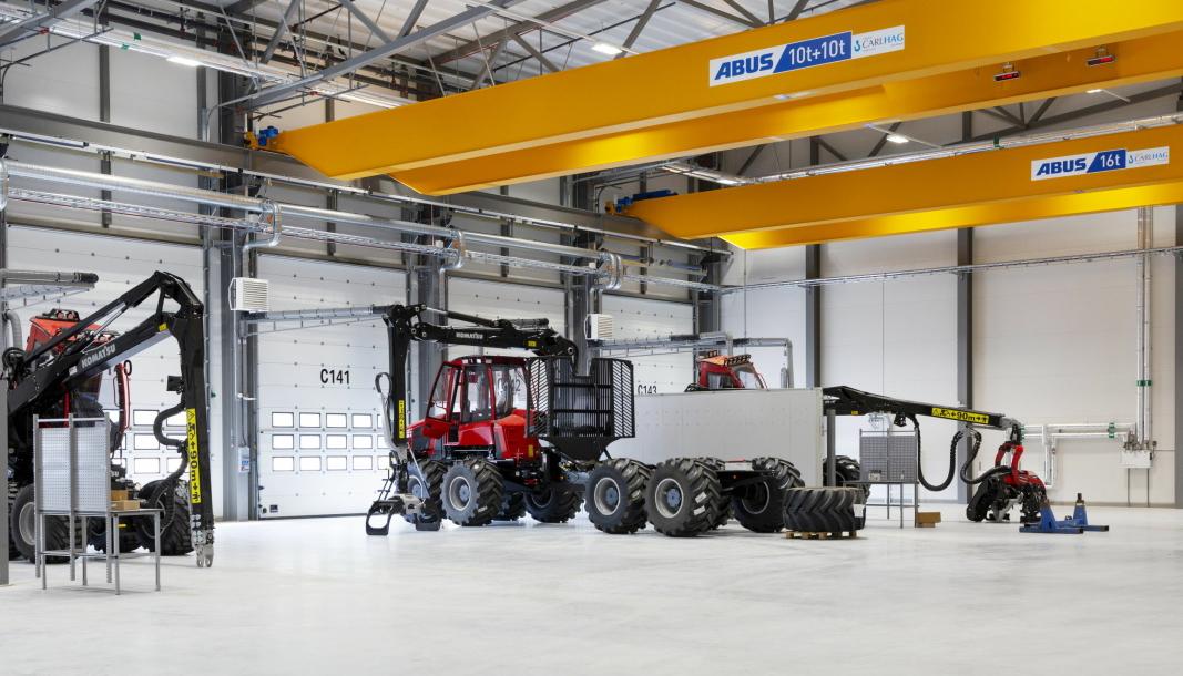 IFJOR: Lastbæreren 855 (kapasitet 14 tonn) var blant de første modellene som rullet ut av den nye fabrikken. Vi skimter også kranene til hogstmaskinene 901XC (t.v.) og 931XC (t.h.).