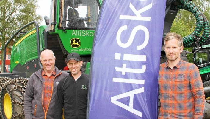 MARKERING: AltiSkog AS deltok på Landbrukets Dag i Evje (Agder), som ble arrangert 13-15. august. Her en glad trio ved en JD-maskin, fra venstre Geir Thorsland (styreleder i AltiSkog, maskinselger Amund Holen (John Deere Forestry AS) og Fredrik Pedersen (daglig leder i AltiSkog AS).