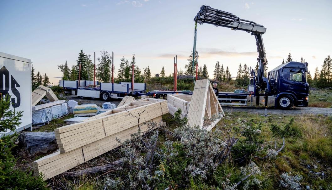 SPESIALBIL: Karl Henning Vårdal har en unik kranbil. Taket på Scania G540-en er kappet fra midten og bakover. Dermed får han med 12 meter lange sperrer.
