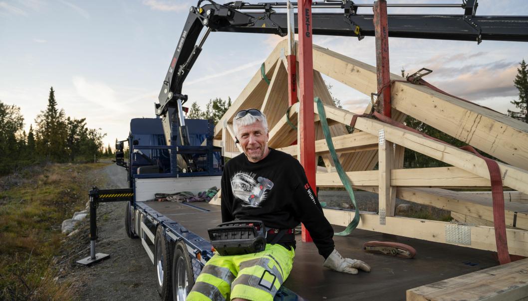 FORNØYD: Karl Henning Vårdal har bare brukt nybilen noen uker, men er strålende fornøyd med den.
