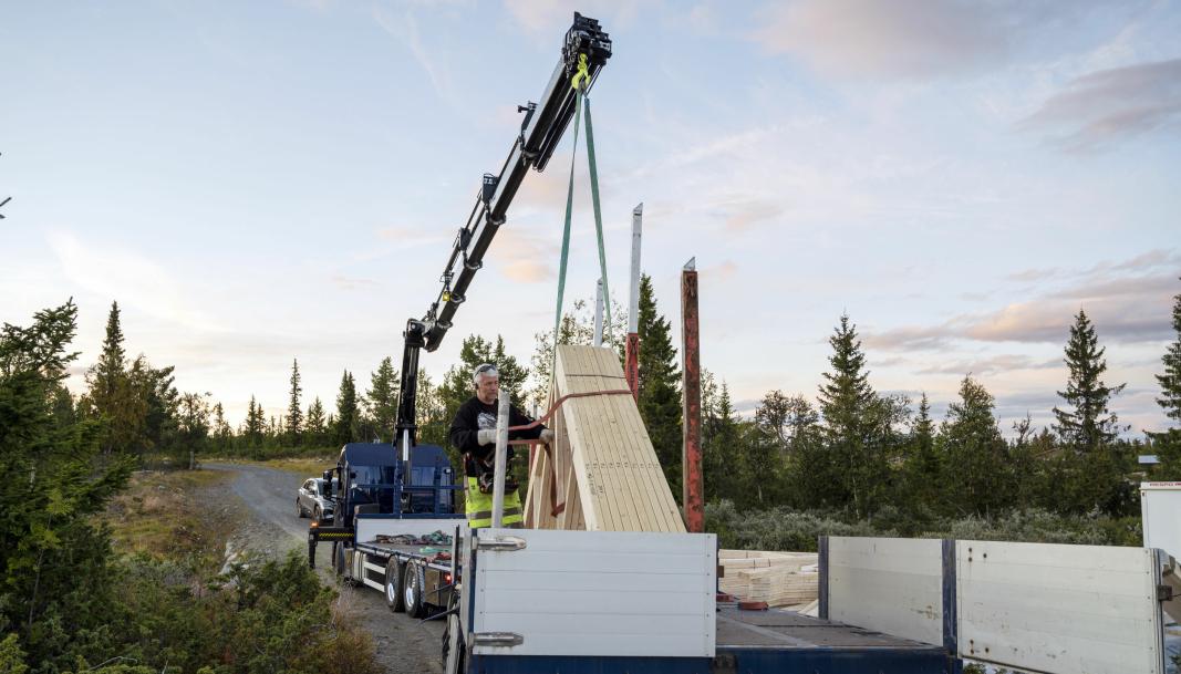 MANGE: Opp til 100 takstoler kan Karl Henning Vårdal få med seg på bil og henger.