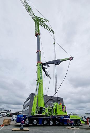 152 METER: Ferdig rigget og med jibb har kranen en rekkevidde på hele 152 meter. Foto: Kynningsrud