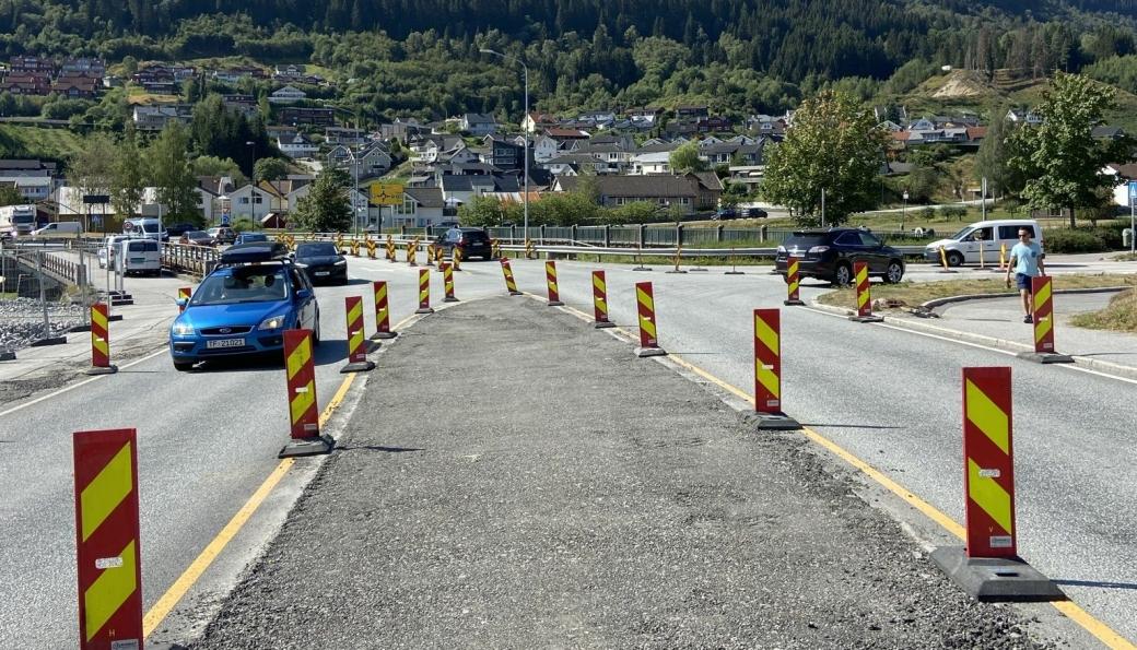 Statens vegvesen vurderer å anmelde at noen snur på trafikkskilt og går inn på sperret anleggsområde i Gravensteinsgata i Sogndal sentrum.