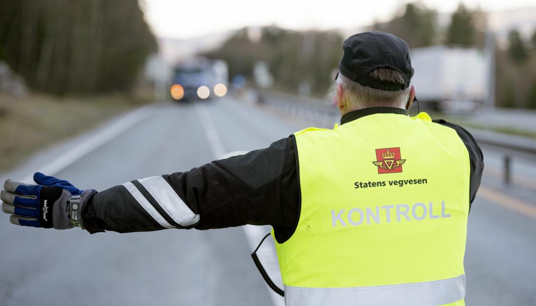 Fra og med 1. september gjør Statens vegvesen kort prosess når noen blir tatt for å bryte reglene for kjøre- og hviletid. Istedenfor anmeldelse, blir det ilagt et gebyr på stedet. Kjøretøyet kan holdes tilbake dersom det er mistanke om at gebyret ikke vil bli betalt.
