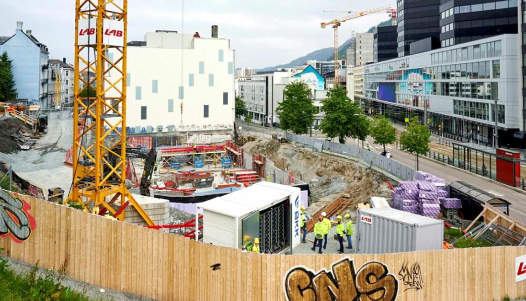 Norske byggeplasser skal bli utslippsfrie. Nå setter Enova i gang andre utlysningsrunde for pilotprosjekt som skal få ned utslippene på byggeplassene.