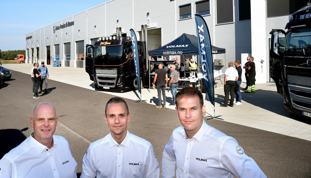 Volmax har tatt i bruk et nytt bygg i Rygge i Østfold. Her fra åpningen, med «Pitt Boss», og stor stemning. Fra venstre: Salgssjef Renault Trucks, Claes Gripenberg, Servicemarkedssjef Andreas Hanssen og salgssjef Volvo Roger Rossing.