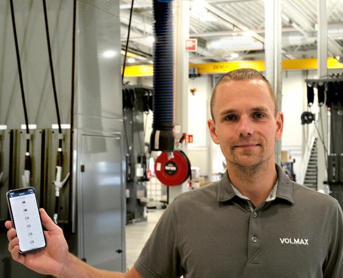 Det mest moderne utstyret inngår i nytt anlegg, portene styres f.eks av mekanikerne via en app på telefonen, som servicemarkedssjef Andreas Hansen her viser frem.