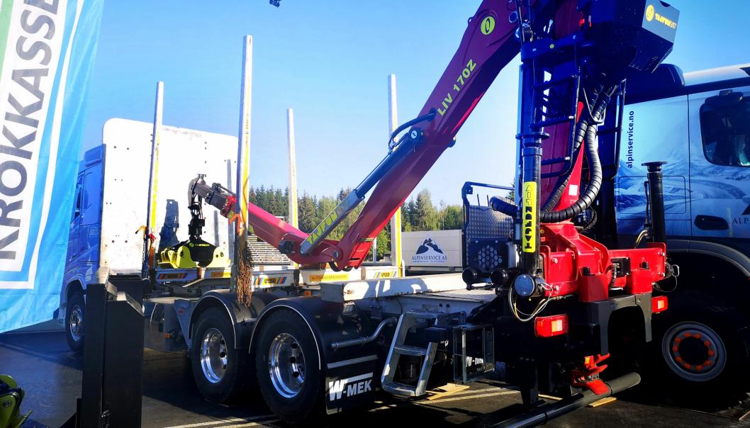 Tajfun LIV 170Z tømmerkran på et tømmerpåbygg. W-MEK er spesialist på tømmerpåbygg.