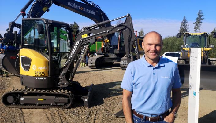 Salgsdirektør David Kristianslund i Volvo Maskin AS er på plass på messa med mange anleggsmaskiner.