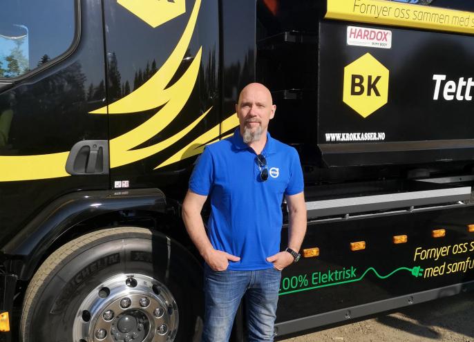 Kjetil Bergflødt, salgs- og produktansvarlig for alternative drivlinjer hos Volvo Trucks i Norge, ved en elektrisk krokbil som er utstilt i overgangen mellom Volvos lastebilstand og Volvos anleggsstand.