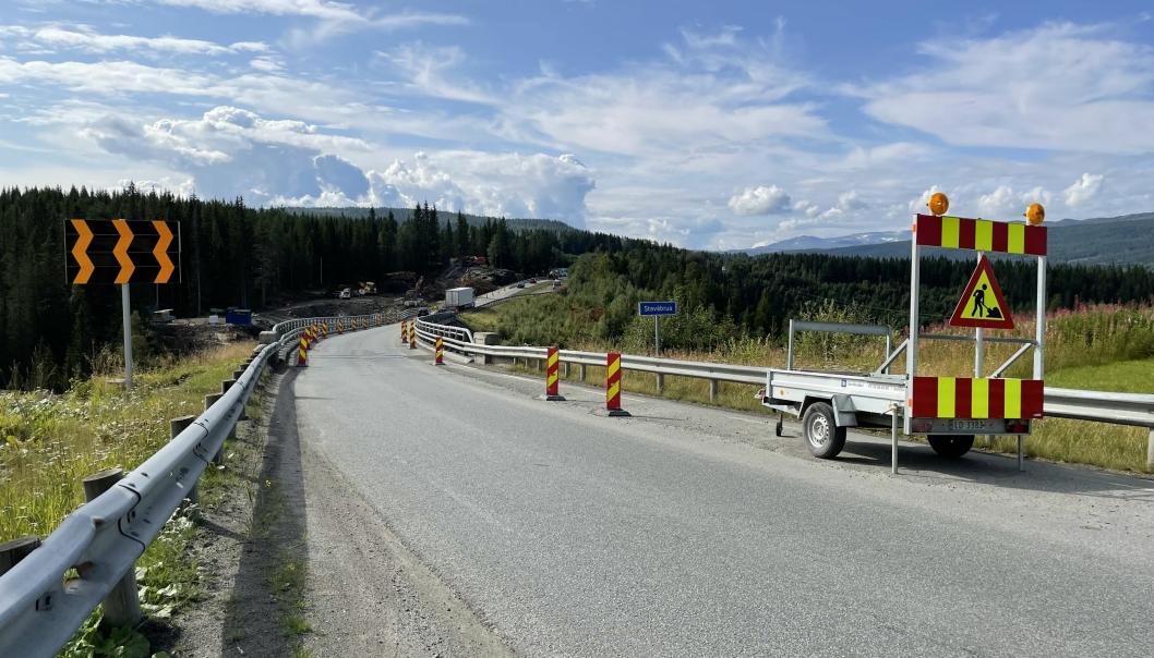 E6 Stavåbrua i Rennebu skal inspiseres i tre timer onsdag 8. september. Utenom disse timene, er det manuell dirigering over brua med redusert bæreevne, nesten 100 meter over elva.