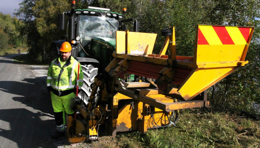 - Jeg kunne klart meg med en mindre traktor til å sette ut brøytestikker, men 6Ren er god å ha når jeg brøyter, sier Mekal Andreas Røliaunet.