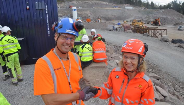 Takk for jobben så langt og gratulerer med dagen, sier prosjektleder i Skanska, Bjarte Næss, til prosjektleder i Statens vegvesen, May Bente Hiim Sindre.