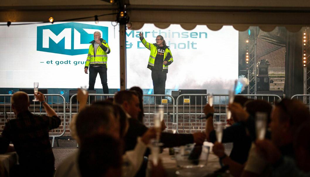 Administrerende direktør Frank Duvholt og konferansier Heljar Berge utbrakte en skål for ny logo.