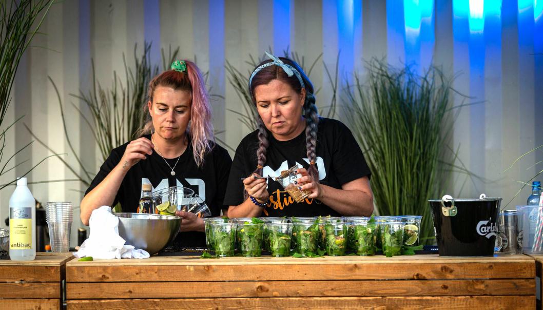 Det lokale event-selskapet «Extol» hjalp til med gjennomføringen av festivalen. All drikke ble servert ved bordene.