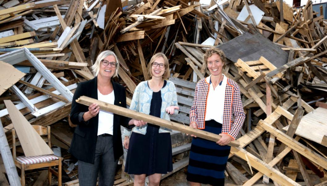 Kristin Nore (t.h.), partner i firmaet Omtre, feirer millionstøtte til ombruksprosjektet Sirktre. Her sammen med Iselin Nybø (V), næringsminister og Lone Ross, forskningssjef Nibio og leder forskningsprosjektet CircWood.