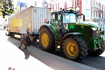 Traktor med dolly og semi stoppet