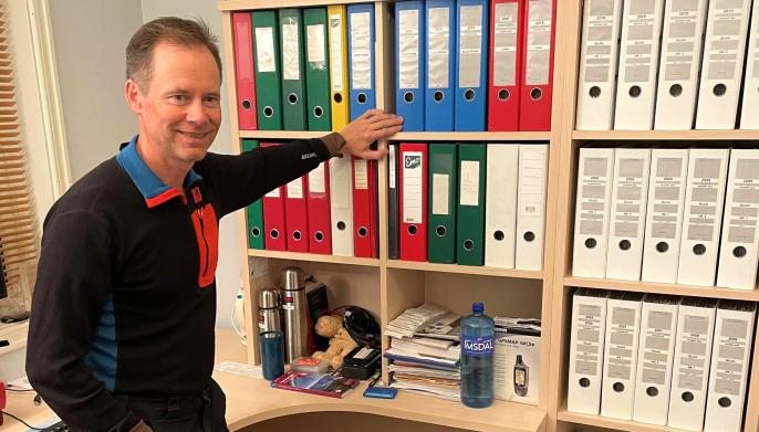 Adm. direktør Øystein Rushfelt foran det eldste arkivet. Det digitale arkivet som nå avleveres til Arkivverket omfatter perioden 2008-2021.