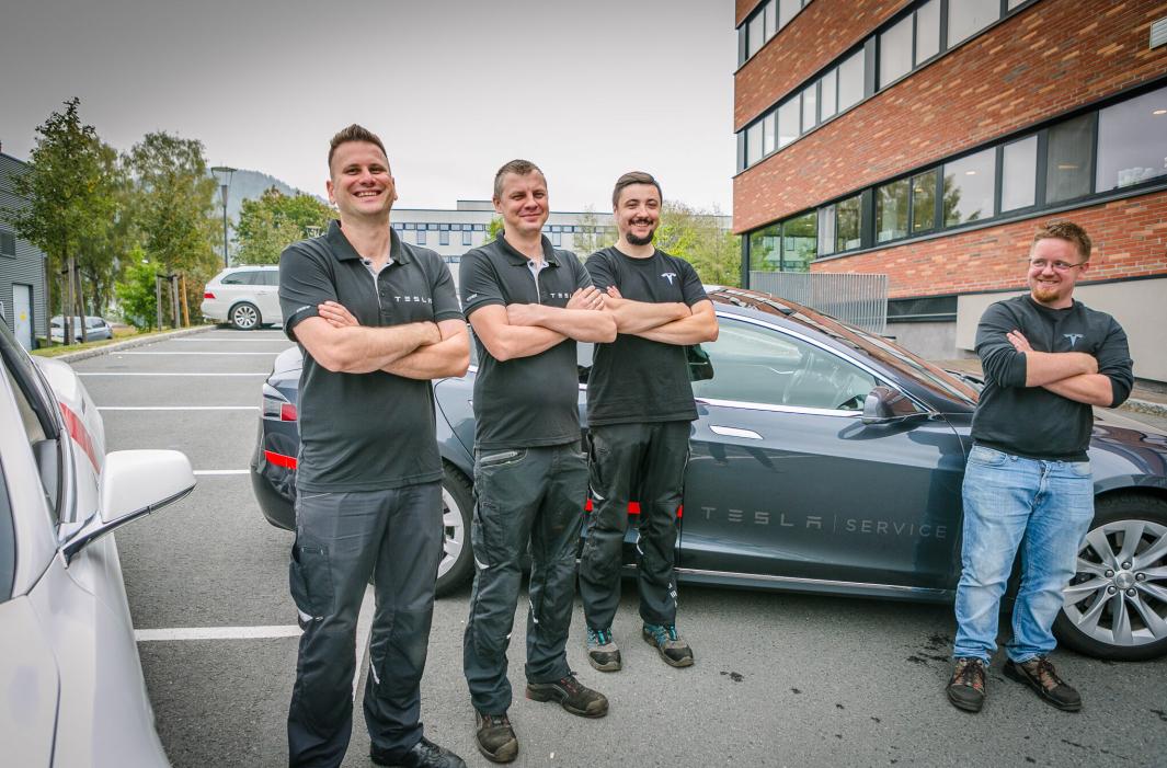 VINN-VINN: Godkjenningsordningen til NOKUT står høyt i kurs hos Tesla. De får tilgang på kvalifisert arbeidskraft. De ansatte får muligheter og kan starte klatringen på karrierestigen internt. (f.v) Mateusz Miler, Adam Bartoszewicz, Przemyslaw Wegier og Jan Petter Trosholmen.