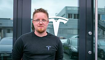 HØY ANDEL: Jan Petter Trosholmen er Service Manager ved Tesla på Rud. I 2021 har hans servicesenter hatt åtte kandidater gjennom NOKUT. – Vi er ganske store, men det er like fullt en høy prosentandel i vårt bilverksted, sier Trosholmen
