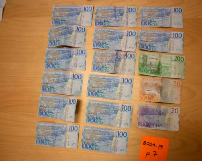 Politiet fant flere seddelbunker hjemme hos mannen. Pengene på bildet er fra funnet.