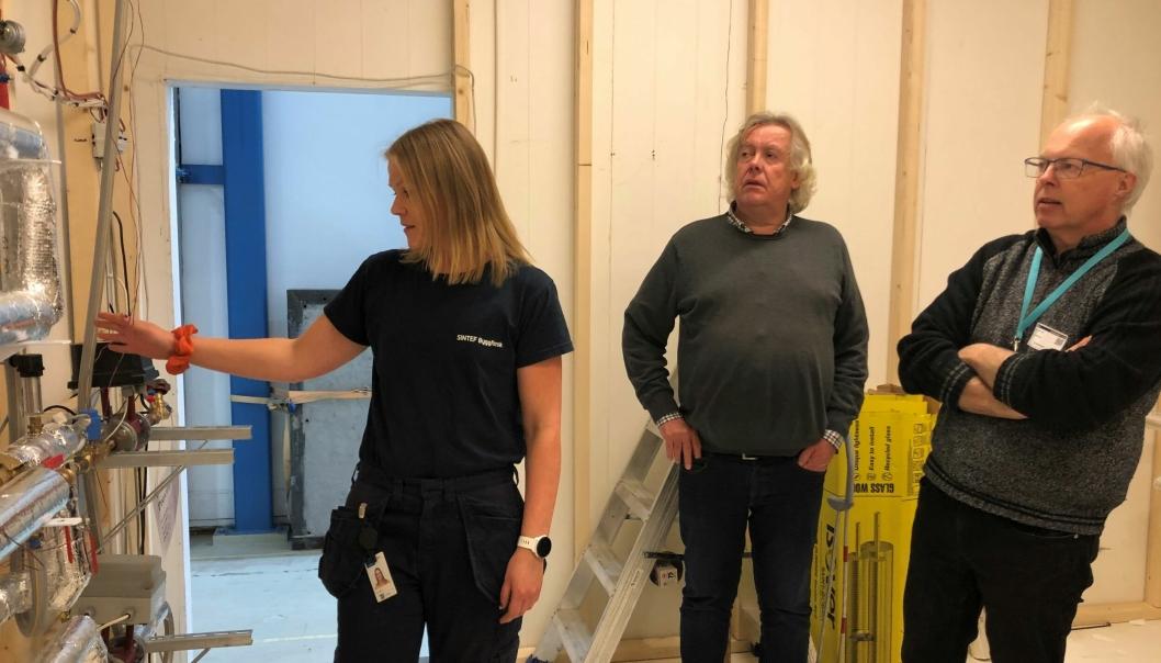Anja Engtrø (SINTEF), Magnus Evje (Omsorgsbygg Oslo KF) og Geir Andersen (Drammen Eiendom KF) diskuterer løsninger for varmtvannsystemer.
