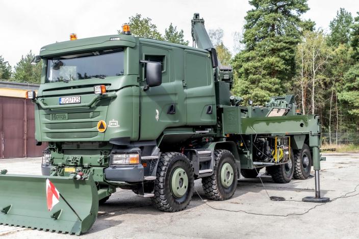 Kranutstyret er av merke Hiab. Chassiset er Scania 8x8, med en Scania mannskapshytte på toppen. Påbygget og pansringen er levert av polske Rosomak S.A.
