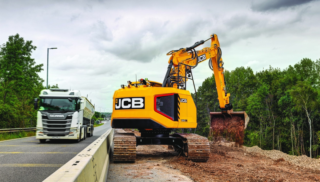 KOMPAKT: JCB lanserte nylig 245XR, en meget kompakt korthekkgraver i 22-26 tonnsklassen. Her i typisk arbeid for en slik maskin. Foto: JCB