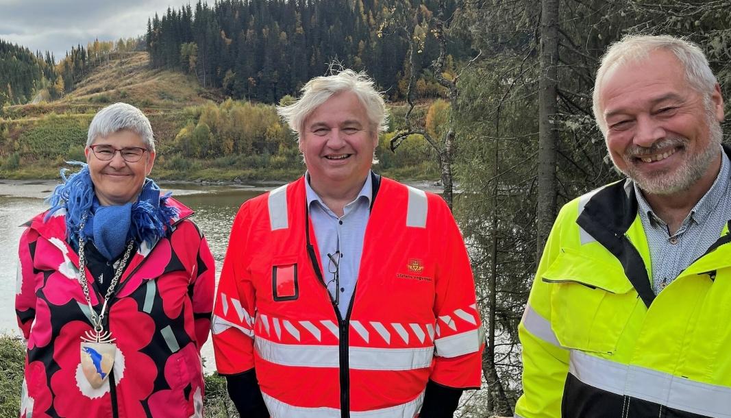 Fornøyd trio. Fra venstre: Ordfører i Grane, Ellen Schjølberg (Sp), utbyggingsdirektør i Statens vegvesen, Kjell Inge Davik og administrerende direktør, Frode Nilsen, i LNS AS.