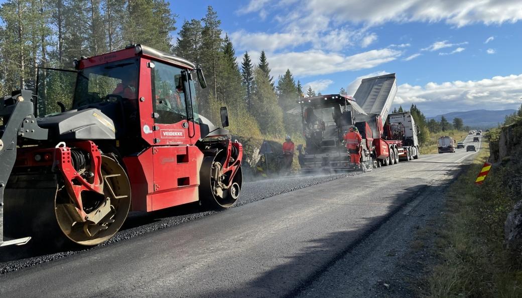 Asfaltering med klimavennlig asfalt med plantebasert bindemiddel på E14 i Meråker i Trøndelag.
