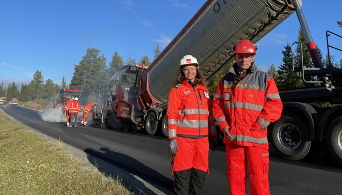 Innovasjonsleder Trine Okstad i Veidekke Asfalt og fagansvarlig for asfalt, Thor Asbjørn Lunaas i Statens vegvesen.